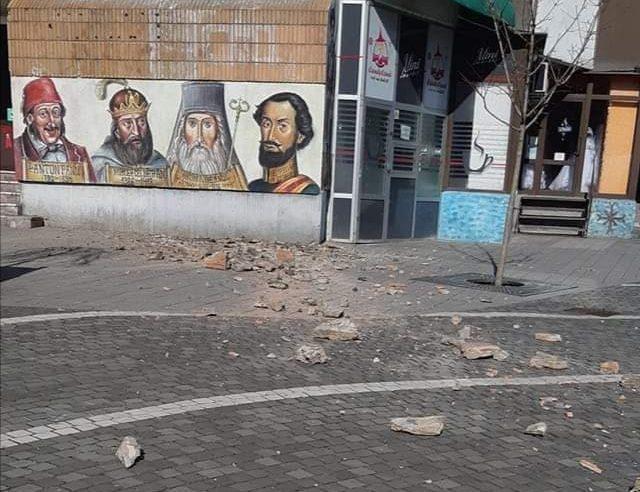 Pericol public în mijlocul orașului: bucăți de tencuială cad în zona pietonală