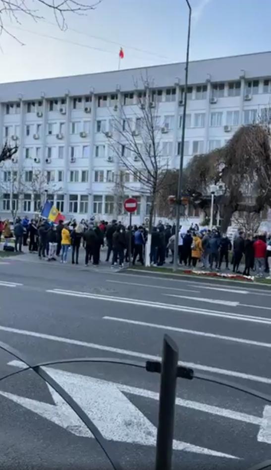 In jur de 800 de oameni au protestat luni seara impotriva restrictiilor impuse de autoritati – Ramnicu Valcea