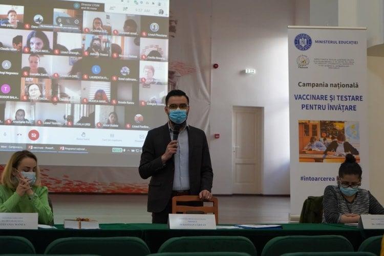 Prefectul Județului Vâlcea alături de elevi și cadre didactice la o conferință pentru informarea informarea asupra importanței vaccinării împotriva COVID-19