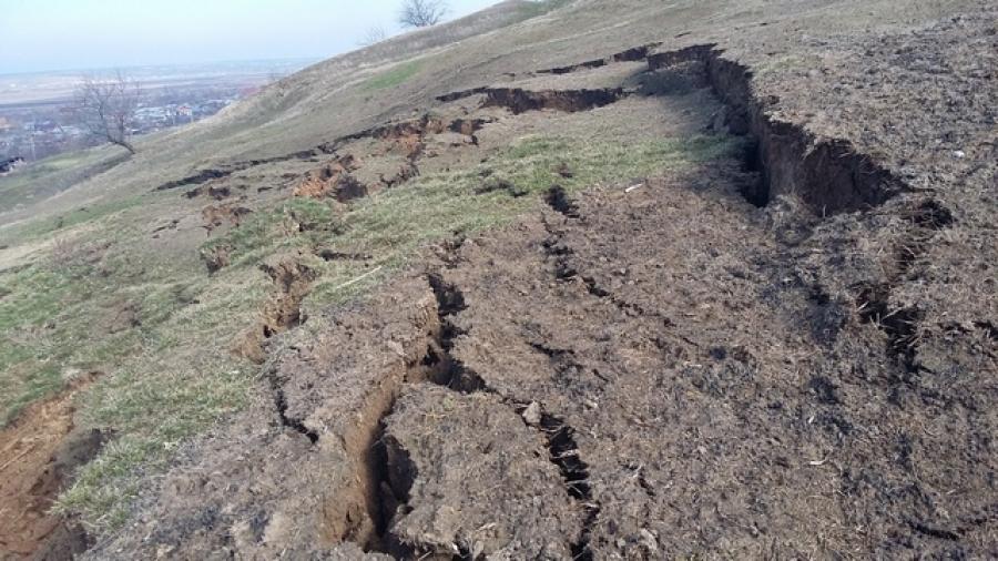 Alunecări de teren în localitatea Roșiile: Localnicii au fost nevoiți să plece din casele lor