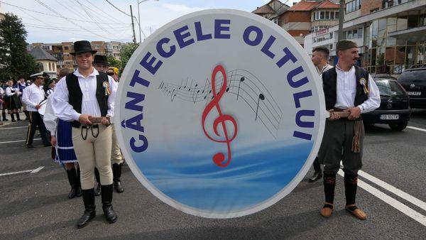 """Parada portului popular a devenit tradiție la """"Cântecele Oltului"""""""